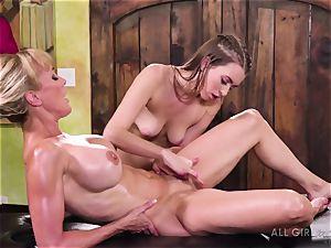 Jill Kassidy makes her super-hot cougar customer Brandi enjoy climax