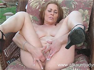 Cristine Ruby frigs her cooter outdoors.