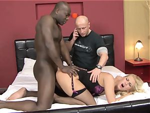 Invited a stranger cuckold trainer to tear up blond wifey
